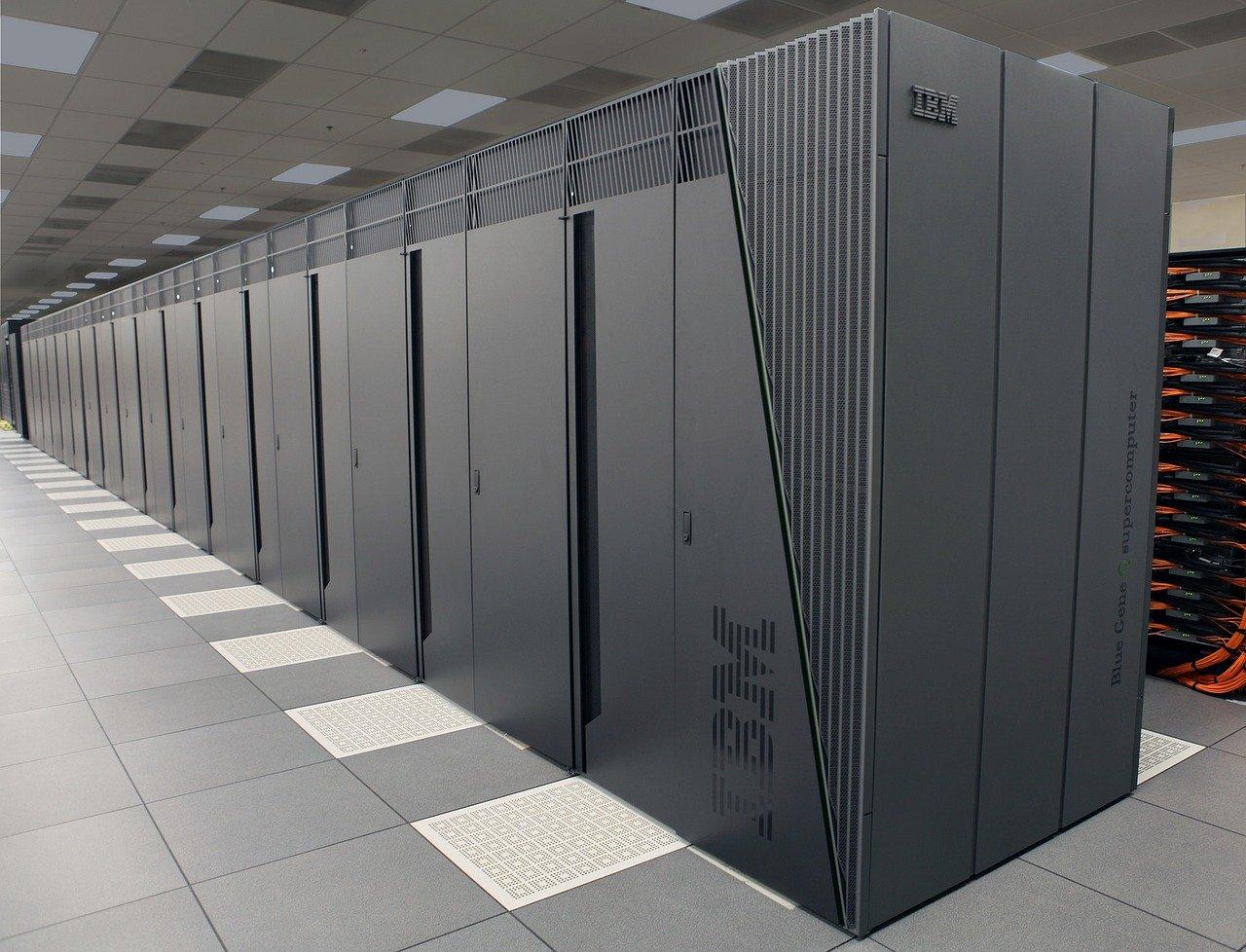 Der Mainframe Computer von IBM soll an John Watson erinnern, denlegändären Chef von IBM, der über seinem Schreibtisch das Word THINK stehen hatte.
