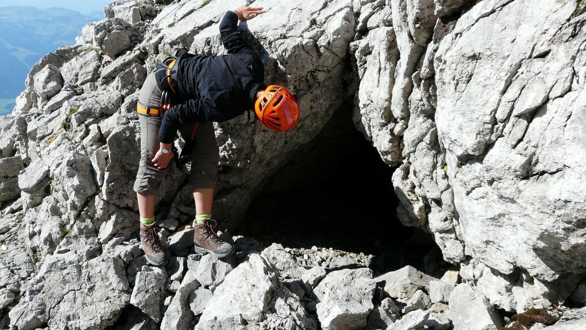 Suche in einem Felsen symbolisiert die neue ISO Norm 10667