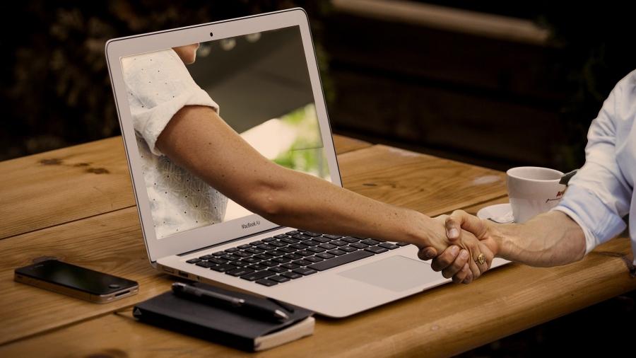handshake durch den Laptop Bild von Gerd Altmann auf Pixabay