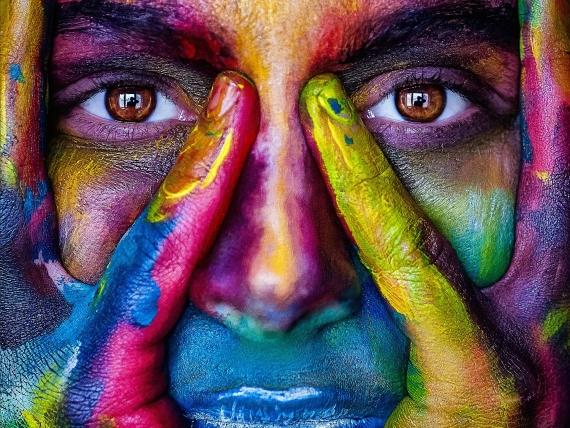 Buntes Mädchengesicht als Symbol für unterschiede und Einschluss von vielem unterschiedlichen und Gender Diversity