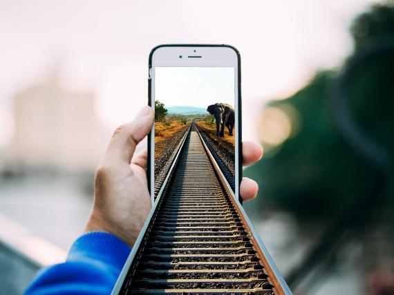 Symbolik für Eignungsdiagnostik im Sourcing, Recruiting Recruitment und Social Media Recruiting von Lukas Göök auf Pixabay iPhone in das schienen hineinreichen und an den Schönen steht ein indischer Elefant