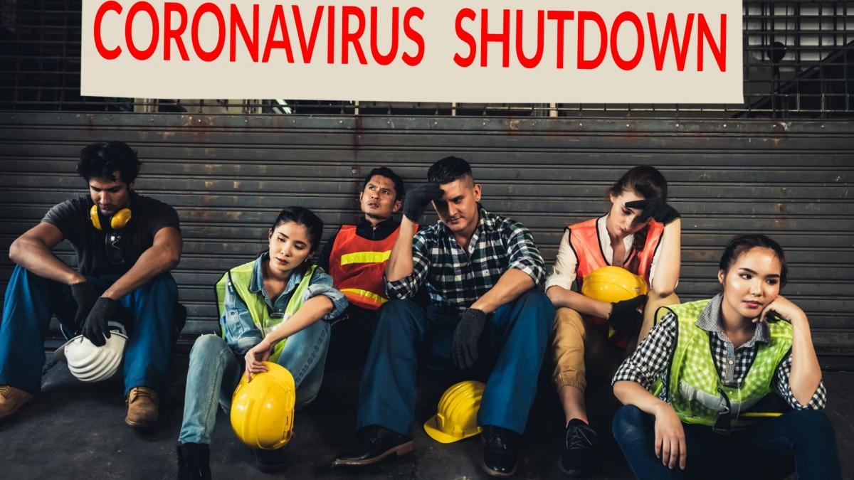 Werksschließung wegen Corona Covid_19 Entlassungen und Personalabbau Menschen legen_Ihre Schutzhelme ab, weil sie aufhören zu arbeiten